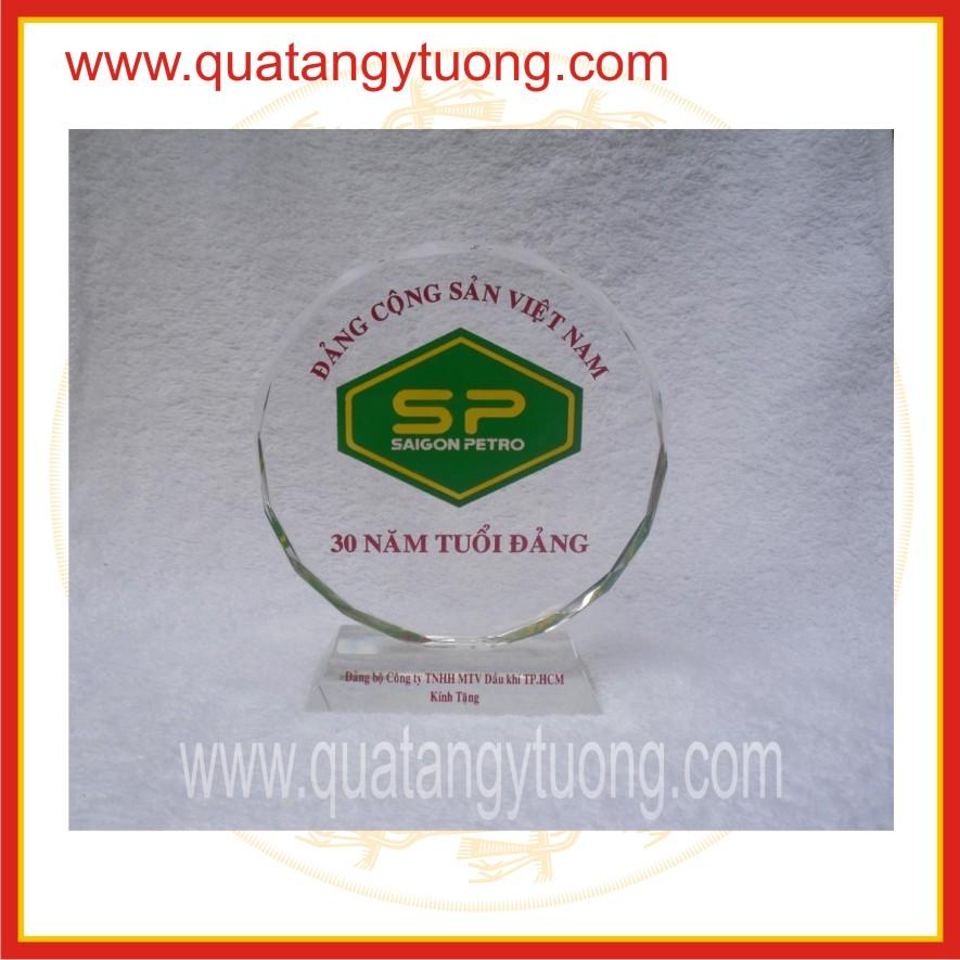 Cong ty chuyen san xuat ky niem chuong pha le thuy tinh bieu trung pha le