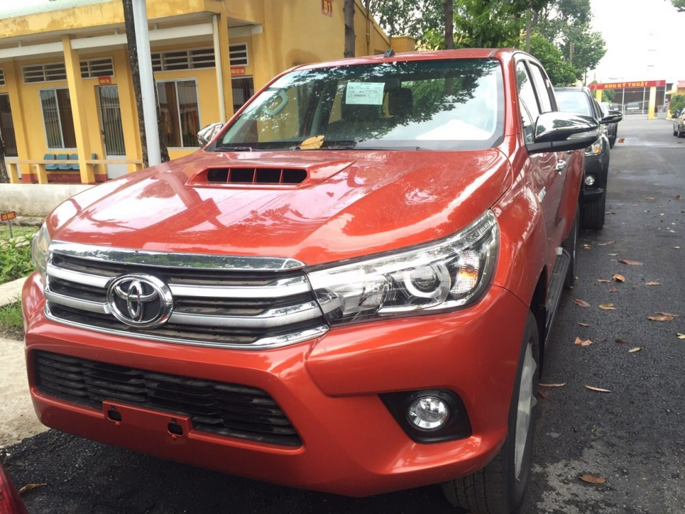 Ban o to Toyota Hilux mau do 30G 4x4 AT khuyen mai