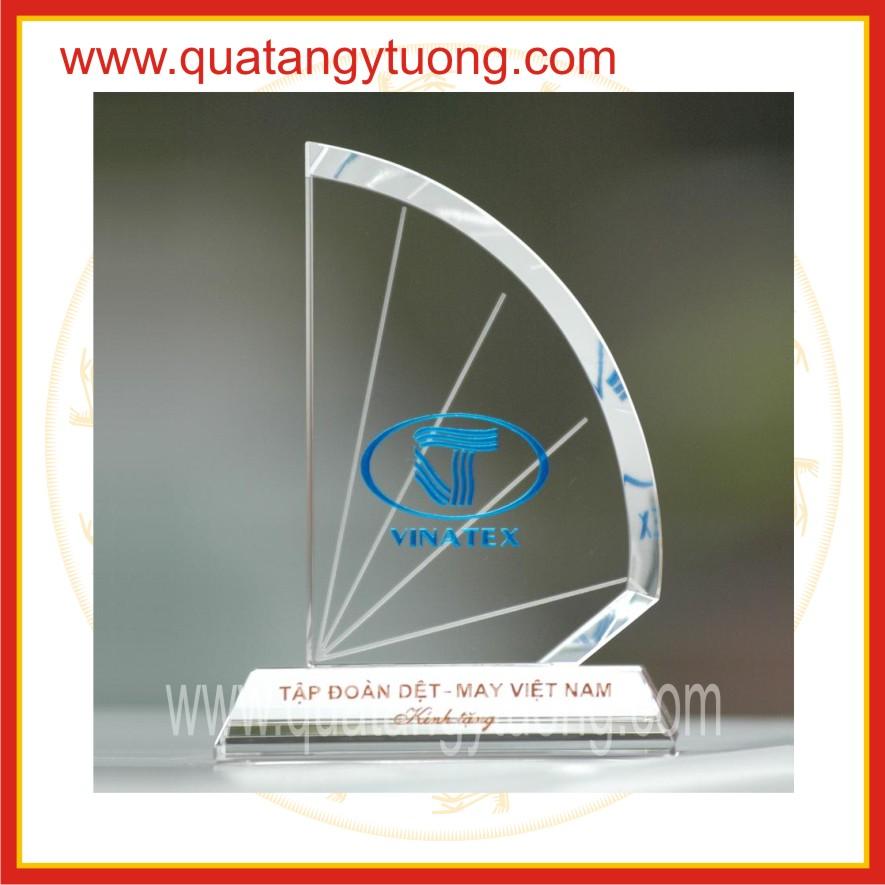 San xuat ky niem chuong thuy tinh pha le bieu trung de ban cup thuy tinh